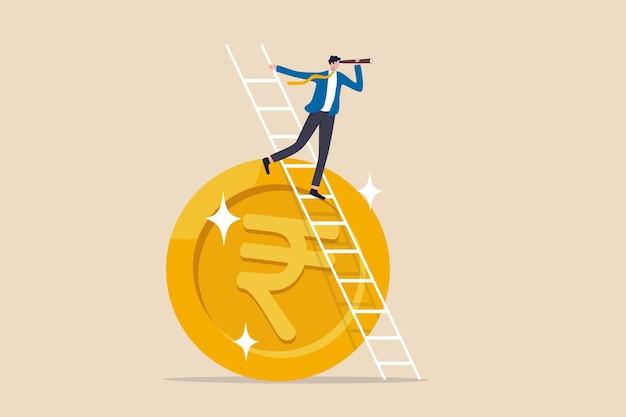 Wizja gospodarcza lub finansowa indii, prognozy inwestycyjne i giełdowe lub koncepcja zysku biznesowego, inteligentny lider biznesmena wspinać się po drabinie na monecie rupii indyjskiej z teleskopem szukać wizji.