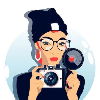 Włosy czerwona kobieta robi fotografii z starą kamerą. zabytkowy styl.
