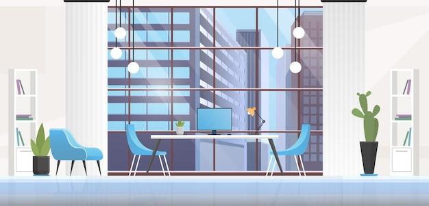 Wnętrze biura, panoramiczne puste miejsce pracy w środku