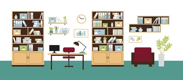 Wnętrze biurowe z półkami na książki, regały, krzesło, komputer na biurku i zegar na ścianie.