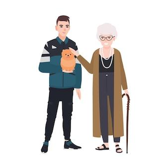 Wnuk i babcia pieszczą pieska. rodzinny portret starszej pani i nastoletniego chłopca stojącego razem. urocze postaci z kreskówek na białym tle. ilustracja kolorowy płaski wektor.