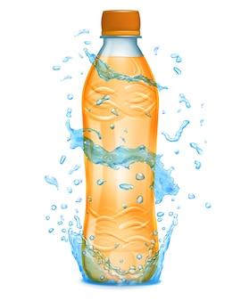 Woda rozpryskuje się w jasnoniebieskich kolorach wokół plastikowej butelki z pomarańczowym płynem. butelka z pomarańczową nakrętką wypełniona sokiem pomarańczowym