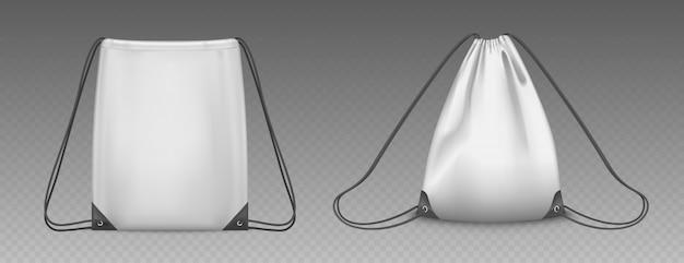 Worek plecak ze sznurkami na białym tle. wektor realistyczna makieta szkolnej sakiewki na ubrania i buty, białe puste i pełne sportowe plecaki ze sznurkami