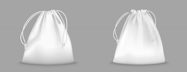 Worek plecak ze sznurkami na przezroczystym tle. realistyczna makieta szkolnej sakiewki na ubrania i buty, białe pełne sportowe plecaki ze sznurkami