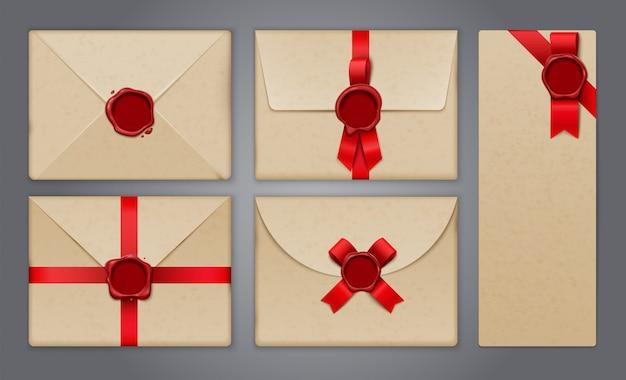 Wosk pieczętuje koperty i pocztówki z realistycznymi, odizolowanymi obrazami kart okolicznościowych i zaproszeń papierowych