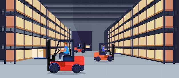 Wózek widłowy ładowarka pracujący magazyn wnętrze paczka pudełko na regale dostawa logistyczna koncepcja obsługi ładunku