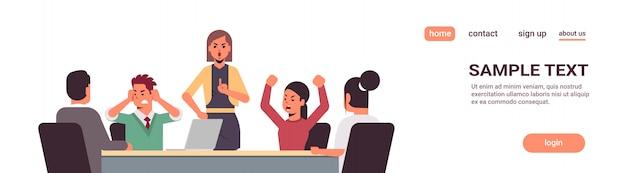 Wściekli biznesmeni argumentując podczas spotkania szablon strony docelowej