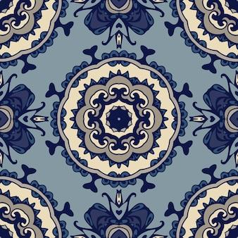 Wspaniały bezszwowy patchworkowy wzór z niebiesko-białych płytek orientalnych.