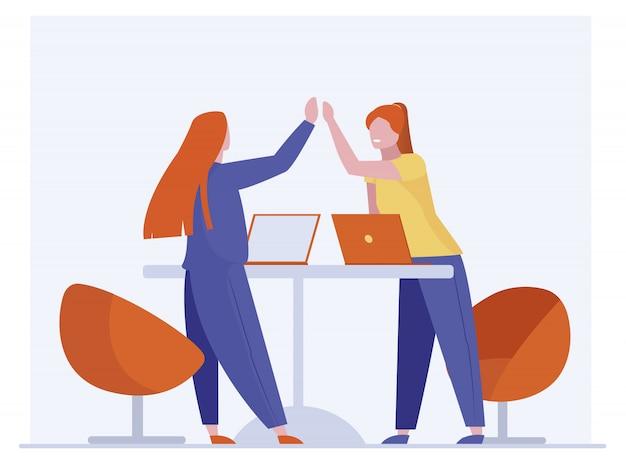 Współpracownikami świętuje sukces