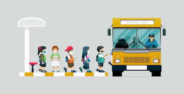 Wszyscy uczniowie zakładają maski ochronne i wsiadają do autobusu szkolnego.