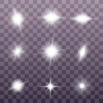 Wybucha białe świecące światło. lśniące magiczne cząsteczki kurzu. zestaw jasnej gwiazdy
