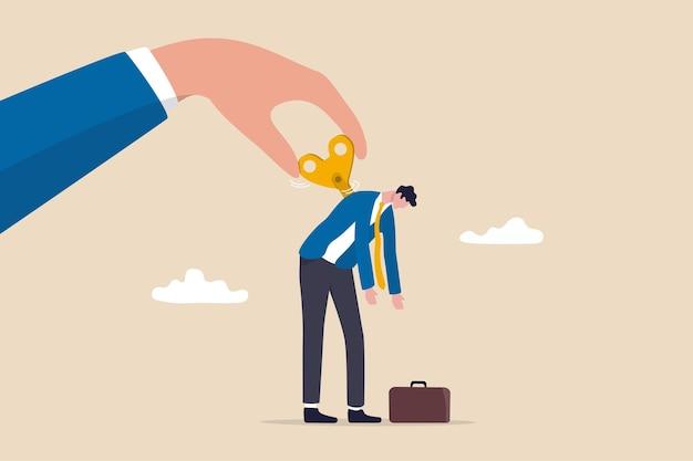 Wyczerpany pracownik naładowany, doładowany lub zlikwidowany, aby stymulować lub motywować koncepcję osoby zmęczenia, kierownik duży ręka skręca klucz lub nawijacz w zegarku, aby zmotywować pracownika biurowego biznesmena.