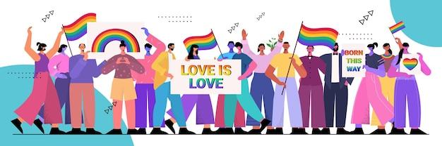 Wymieszaj ludzi rasy trzymających tęczowe flagi lgbt i plakaty gejowskie lesbijki miłość parada duma festiwal transpłciowa miłość