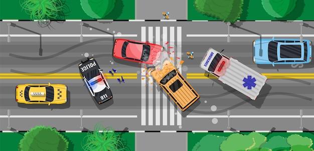 Wypadek drogowy między dwoma samochodami. połamane zderzaki skrzydeł rozbiły szyby. oznakowanie asfaltowych skrzyżowań miejskich, chodników. węzeł drogowy na rondzie. przepisy ruchu drogowego. zasady ruchu drogowego. płaska ilustracja wektorowa
