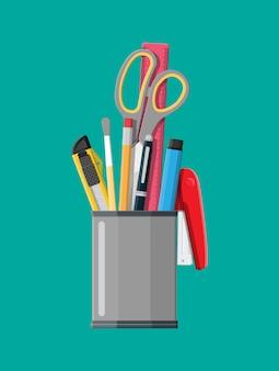 Wyposażenie biurowe piórnika. linijka, nóż, ołówek, długopis, nożyczki.