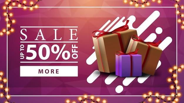 Wyprzedaż, do 50% zniżki, różowy poziomy baner rabatowy z girlandą i pudełkami prezentowymi