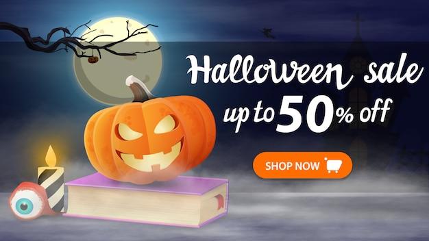 Wyprzedaż na halloween, 50% zniżki, poziomy baner rabatowy z nocnym krajobrazem, księga zaklęć i dyniowego jacka