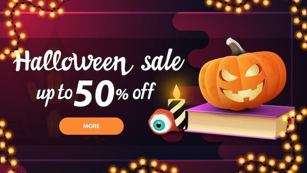 Wyprzedaż na halloween, 50% zniżki, różowy poziomy baner rabatowy z przyciskiem, księgą zaklęć i dyniowym jackiem