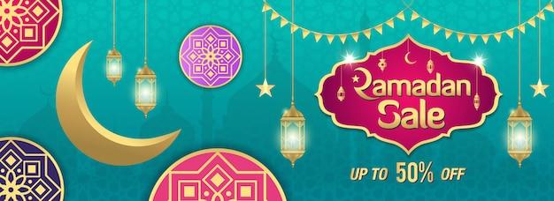Wyprzedaż ramadan, nagłówek lub baner ze złotą błyszczącą ramką, arabskie lampiony i złoty półksiężyc na turkusie. do 50% rabatu
