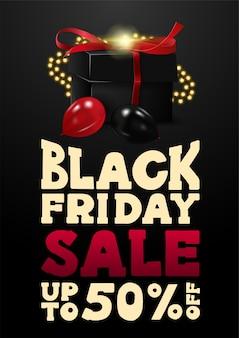 Wyprzedaż w czarny piątek, do 50% zniżki, czarny pionowy baner rabatowy w stylu kreskówkowym z dużą ofertą i czarnymi prezentami ozdobionymi girlandą i balonami