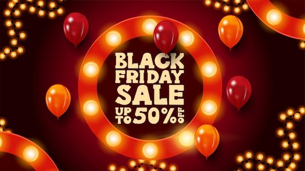 Wyprzedaż w czarny piątek, do 50% zniżki, czerwony poziomy baner rabatowy z okrągłą ramką ozdobioną żarówkami, ramką z girlandą i balonami