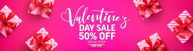 Wyprzedaż walentynkowa 50% zniżki na baner z uroczym pudełkiem na różowo