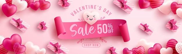 Wyprzedaż walentynkowa 50% zniżki plakat lub baner ze słodkimi serduszkami i różowym pudełkiem