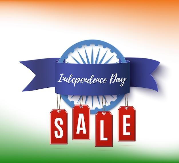Wyprzedaż z okazji dnia niepodległości indii. szablon plakatu lub broszury z niebieską wstążką i czerwonymi metkami z ceną.