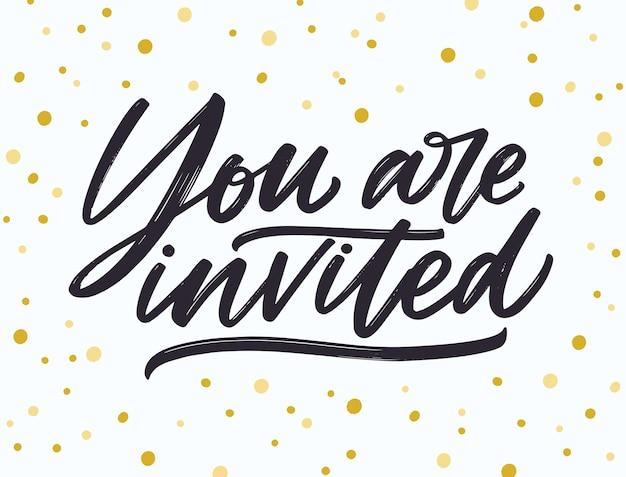 Wyrażenie you are invited napisane odręcznie elegancką kursywą kaligrafii i pociągnięciem pędzla na biało kropkowaną czcionkę