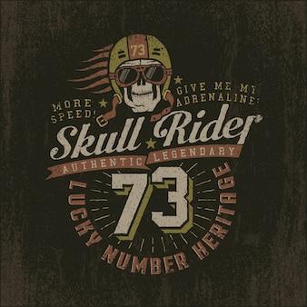 Wyścigowe logo grunge z czaszką w hełmie i goglach. vintage godło z numerem.