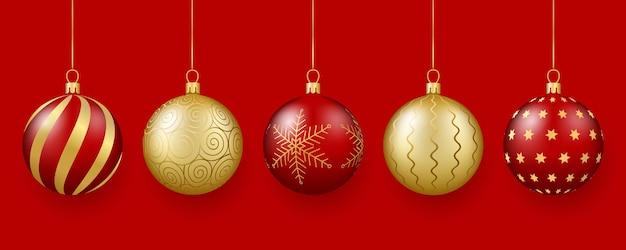Wystrój świąteczny i noworoczny zestaw 3d realistycznych złotych i czerwonych szklanych kulek z ornamentem