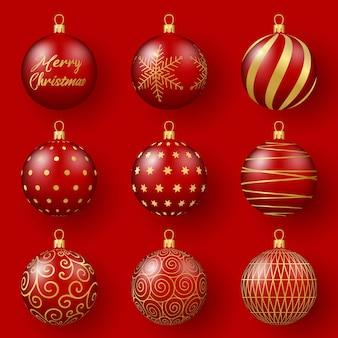 Wystrój świąteczny i noworoczny zestaw czerwonych szklanych kulek ze złotymi ornamentami 3d realistyczna ilustracja