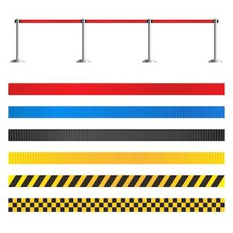Wysuwany zestaw kłonic paska. płot lotniska na białym tle. przenośna bariera taśmowa do stref ograniczających i niebezpiecznych. taśma szermiercza w czerwone paski.