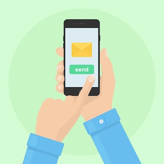 Wysyłaj lub odbieraj sms, list, email telefonem. ludzką ręką trzymać telefon komórkowy. aplikacja do obsługi wiadomości na smartfony