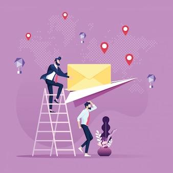 Wysyłanie wiadomości e-mail i wiadomości biznesmen wysłał pocztę papierowym samolotem