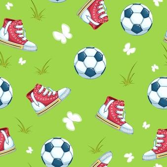 Wzór piłki nożnej. dziecięce trampki i piłka na zielonej trawie i motyle.