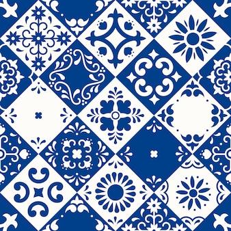Wzór. płytki ceramiczne z ozdobami z kwiatów, liści i ptaków w tradycyjnym stylu majoliki od puebla. meksykańska kwiecista mozaika w klasycznym niebieskim i białym. projektowanie sztuki ludowej.