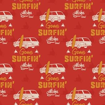 Wzór samochodu do surfowania. vintage ręcznie rysowane wagonu surfowania z wzorem deski surfingowej. aloha czas cytat typografii.