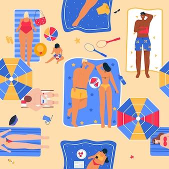 Wzór szczęśliwych ludzi opalających się na plaży w widoku z góry. mężczyzna leży z książką na ręczniku. kobieta odpoczywa z dzieckiem na morzu