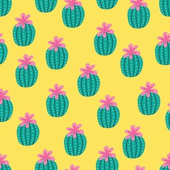 Wzór z kaktusów i kwiatów w kolorze zielonym i różowym na kremowym tle.