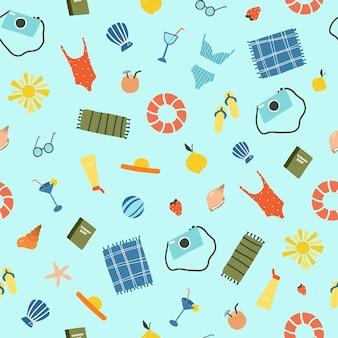 Wzór z letnich wakacji na plaży, strój kąpielowy, kapelusz, mata plażowa, aparat fotograficzny, książka i tabliczki, koło ratunkowe. letnie ikony ilustracji wektorowych w stylu doodle wyciągnąć rękę płaskie