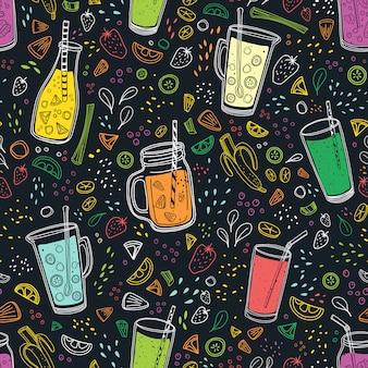 Wzór z pysznymi wegańskimi napojami, smacznymi sokami lub koktajlami z jagód, owoców i warzyw na czarnym tle.
