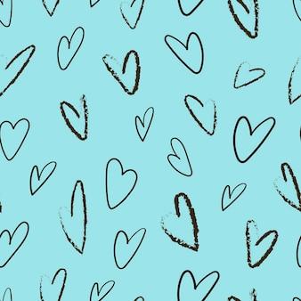 Wzór z sercami w stylu ołówka na niebieskim tle.