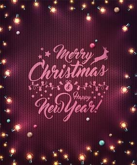 Xmas tło z bożonarodzeniowe światła i baubles. świąteczne świecące girlandy żarówek led na dzianej fakturze. ozdoby z realistycznych kolorowych lamp