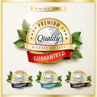 Z bliska przyjrzyj się najwyższej jakości złotym etykietom z diamentowymi elementami na beżu