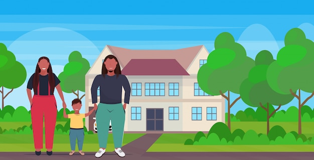 Z nadwagą rodzina trzymając się za ręce matka ojciec i córka stojąc razem ponad rozmiar rodzice z dzieckiem zabawy willi dom krajobraz tło pełnej długości płaskie poziome