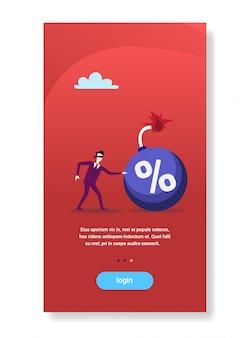 Z zasłoniętymi oczami biznesmen zbliża się do procentu bomby kredyt długu kryzys finansowy pojęcie ryzyka