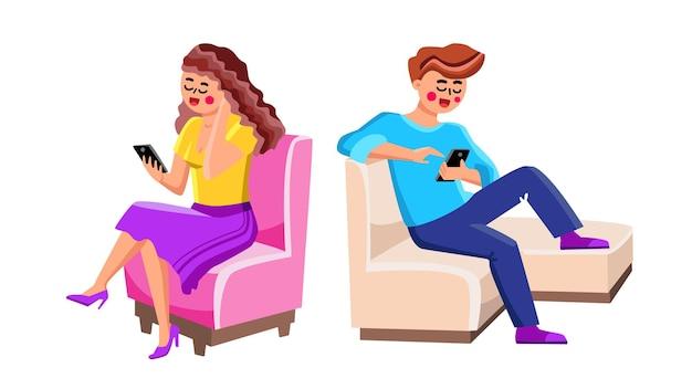 Za pomocą smartfonów mężczyzna i kobieta ludzie wektor. szczęśliwy uśmiechający się młody chłopak i dziewczyna para siedzi na krześle i używać smartfonów. postacie trzymające telefony komórkowe płaskie ilustracja kreskówka