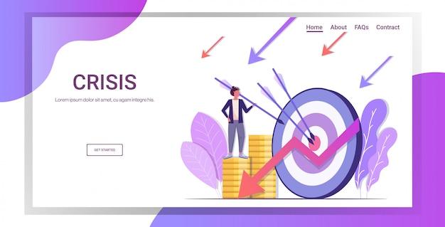Zaakcentowany bizneswoman próbuje uderzyć bullseye na monetach spada puszek strzałka kryzys finansowy niepowodzenie budżet upadłość bankructwo