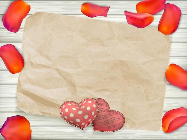 Zabawki na walentynki w kształcie serca na starych zabytkowych drewnianych talerzach. tło wakacje z płatkami róż.